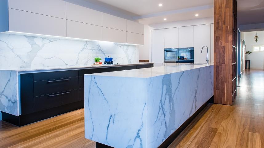 Biały marmur do salonu, kuchni i łazienki