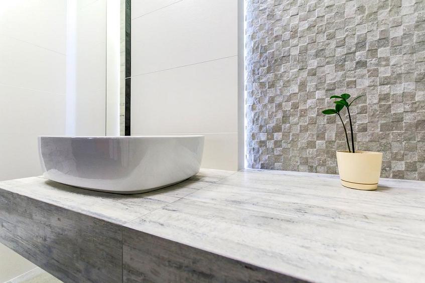 Nietypowe wykorzystanie płytek ceramicznych – płytki ceramiczne do wykończenia blatów, półek, donic czy na wezgłowie łóżka