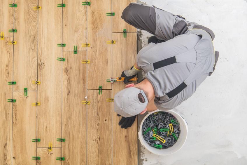 Nowoczesne płytki tarasowe w strukturze drewna – co położyć na taras? Deski, płytki czy kompozyt