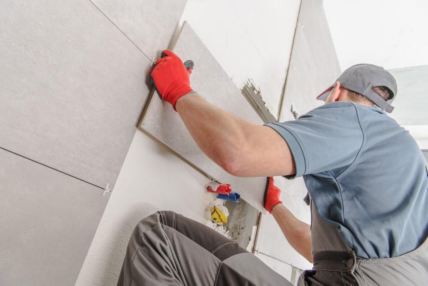 Glazura łazienkowa – niedroga, trwała i efektowna. Jak powstaje glazura i jak sprawdzi się na ścianach łazienki?