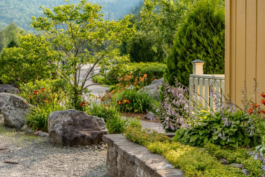 Kamień na ścieżki i alejki ogrodowe – praktyczny poradnik doboru kamienia na ścieżki w ogrodzie