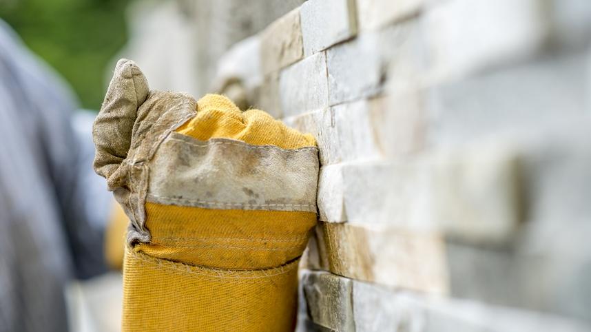 Salon z kamieniem dekoracyjnym: 5 pomysłów na kamień dekoracyjny do salonu