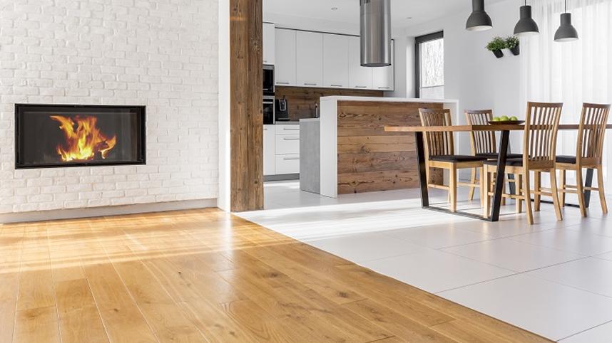 Połączenie salonu z kuchnią w płytkach – estetyka i funkcjonalność