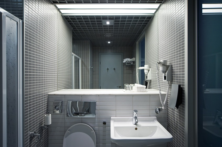Jak oświetleniem podkreślić walory płytek w łazience – efektowne rozświetlenie łazienki