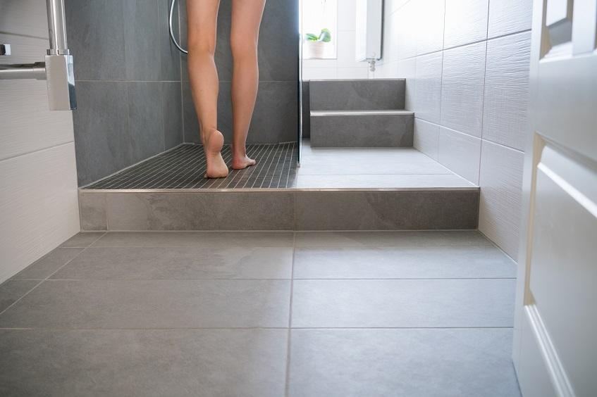 Płytki antypoślizgowe do łazienki i na schody wejściowe – klasy antypoślizgowe