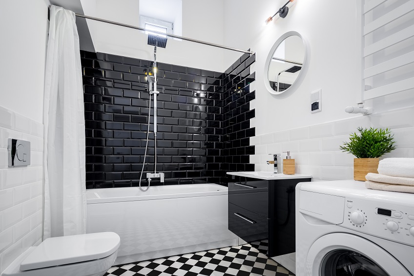 Płytki czarno-białe. Modne inspiracje na łazienkę z kontrastem wzorów czerni i bieli