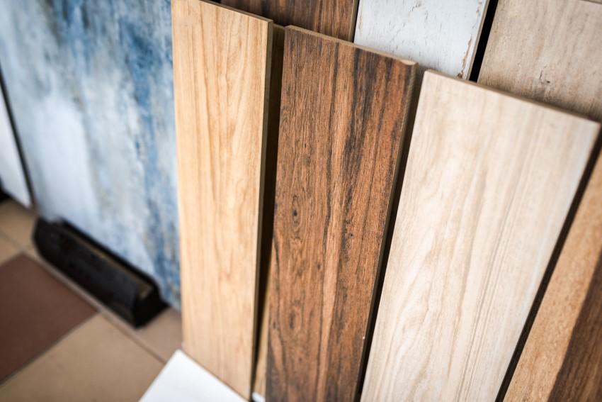 Nowoczesne płytki drewnopodobne w jasnych odcieniach
