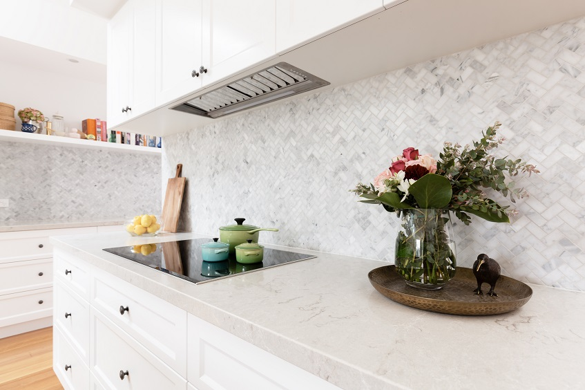 Płytki nad blat kuchenny zamiast lacobelu – połyskujące panele dekoracyjne