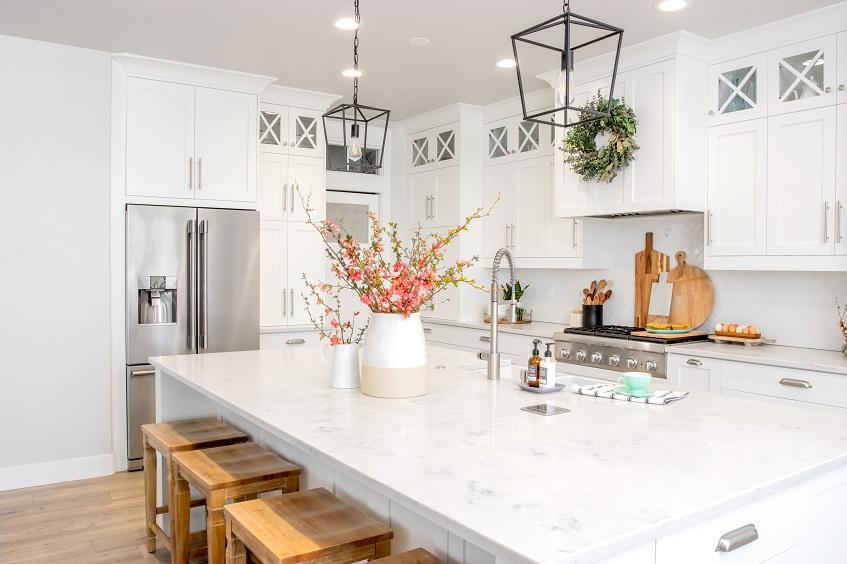 Inspirujące pomysły na płytki do kuchni angielskiej – wykończenie ścian kuchni w stylu angielskim
