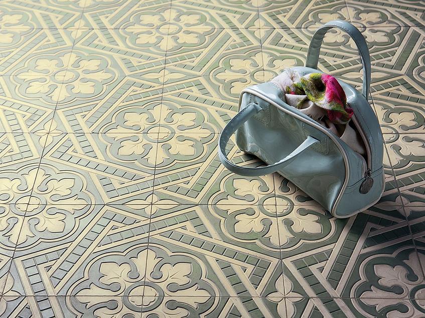 Rozeta dekoracyjna na podłodze – płytki w stylu pałacowym. Motyw rozety we wnętrzach