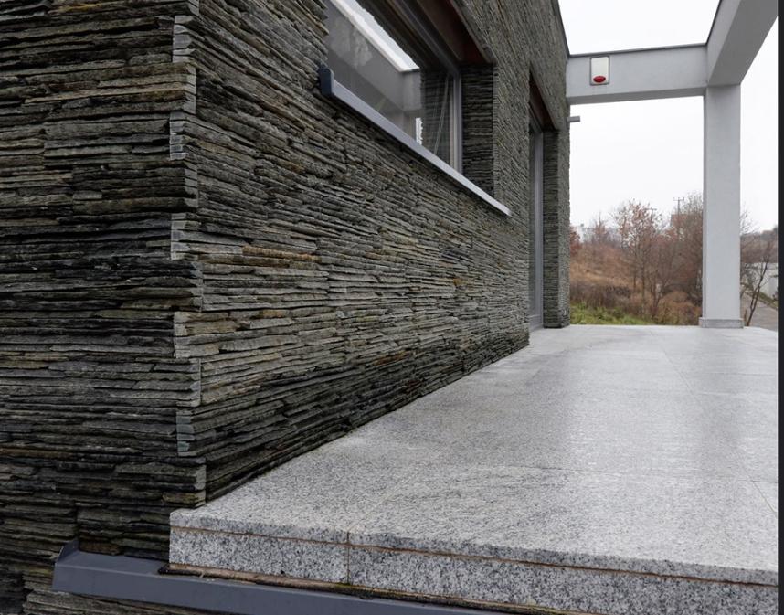 Elewacja z paneli kamiennych pasująca do stylu domu