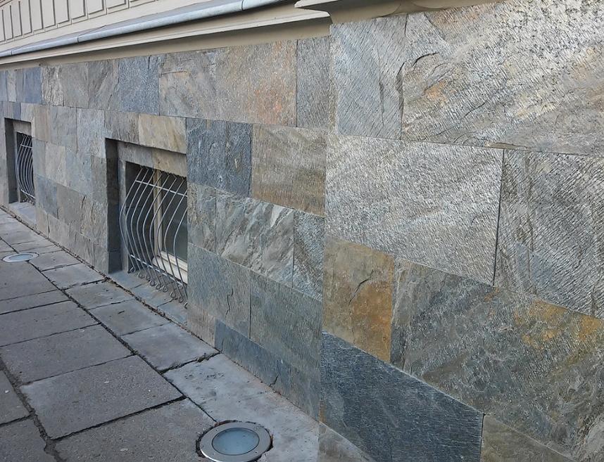 Płyty kamienne na elewacji budynku